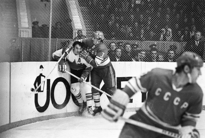 Smell The Glove: Vladimir Lutchenko takes the man in Moscow in 1972, game four, where the man = Frank Mahovlich and the taking = punching him in the face. (Photo: Frank Lennon, Library and Archives Canada, e010933356)