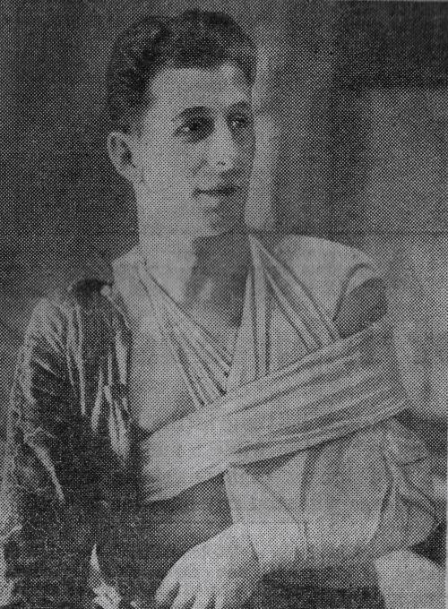 Beslung: Ranger blueliner Ott Heller displays his bandaging after breaking a shoulder in January of 1942.